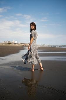 Pełny strzał japońskiej kobiety nad morzem