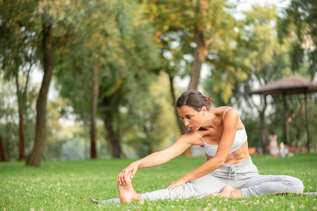 Pełny strzał kobieta ćwiczy joga