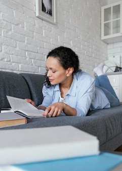 Pełny strzał kobieta czytająca książkę