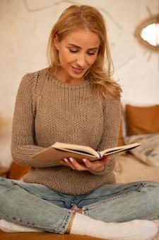 Pełny strzał kobieta czytająca w łóżku
