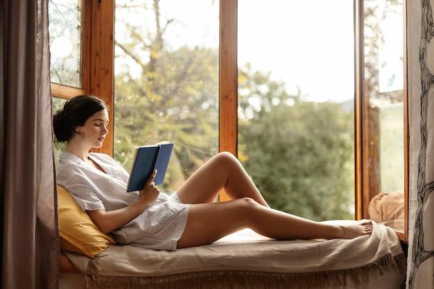 Pełny strzał kobieta czytania