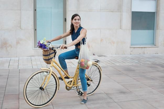Pełny strzał kobieta jedzie na rowerze