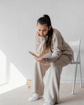 Pełny strzał kobieta na krześle do czytania