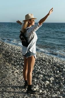 Pełny strzał kobieta patrząc na morze