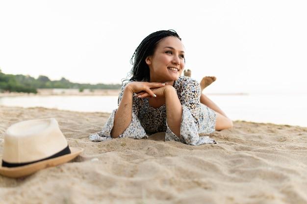 Pełny strzał kobieta r. na plaży