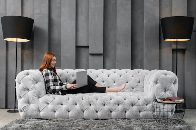 Pełny strzał kobieta relaksujący na kanapie