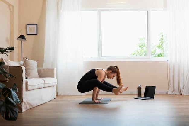 Pełny strzał kobieta robi jogę