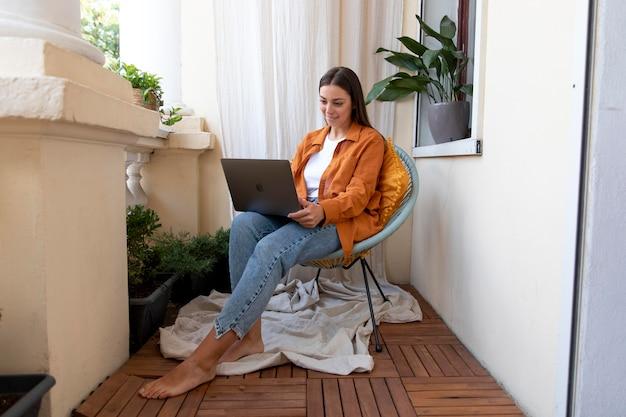 Pełny strzał kobieta trzymająca laptopa
