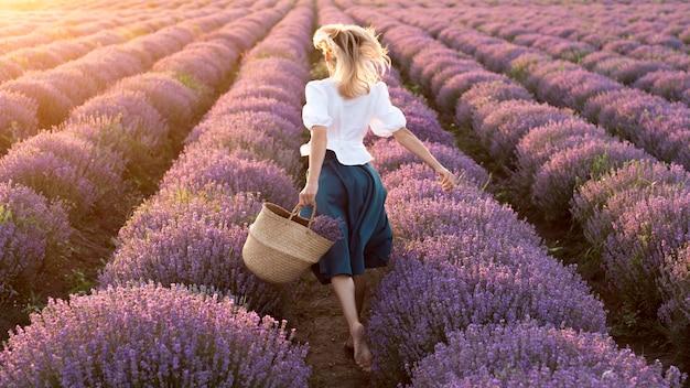 Pełny strzał kobieta w kwiatu polu