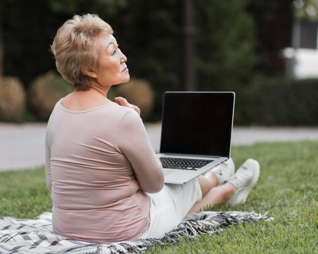 Pełny strzał kobieta z laptopem