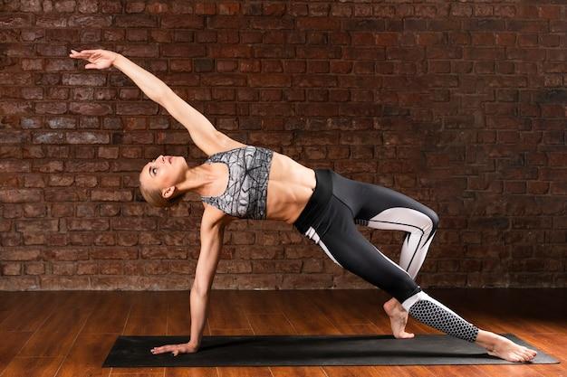 Pełny strzał kobiety joga specyficzna poza