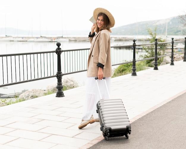 Pełny strzał kobiety mienia bagaż