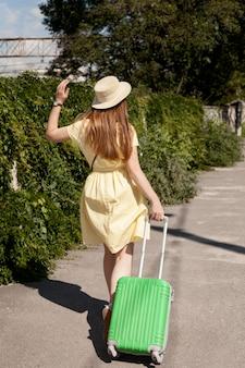 Pełny strzał kobiety przewożących bagaż