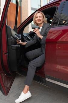 Pełny strzał kobiety siedzącej w samochodzie