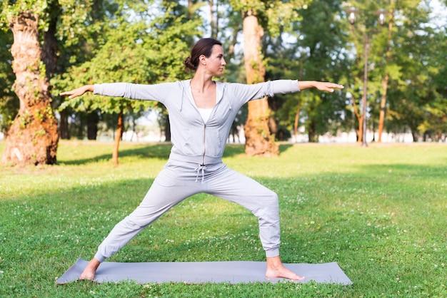 Pełny strzał kobiety szkolenie na macie do jogi