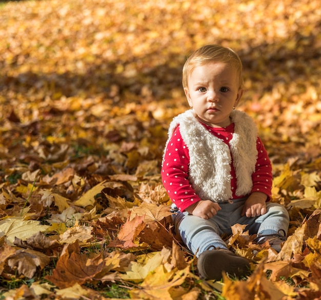Pełny strzał mała dziewczynka pozuje outdoors
