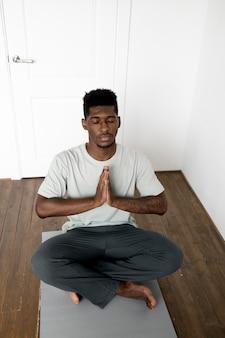 Pełny strzał medytujący w domu