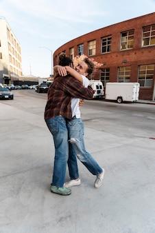 Pełny strzał mężczyzn przytulających się