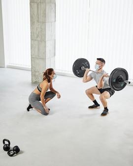 Pełny strzał mężczyzna i kobieta ćwiczą