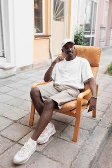 Pełny strzał mężczyzna siedzący na krześle