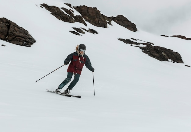 Pełny strzał narciarza noszącego sprzęt
