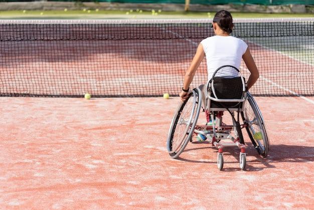 Pełny strzał niepełnosprawna kobieta gra w tenisa