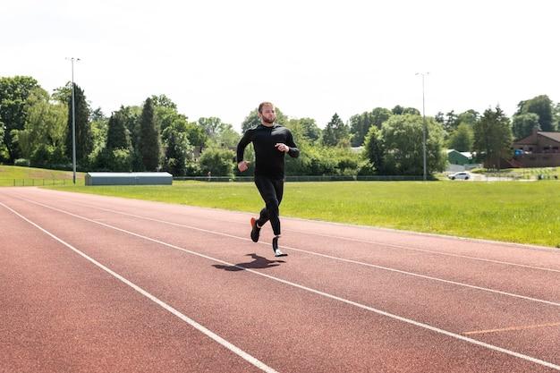 Pełny strzał niepełnosprawny mężczyzna biega