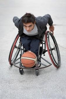 Pełny strzał niepełnosprawny mężczyzna gra z piłką