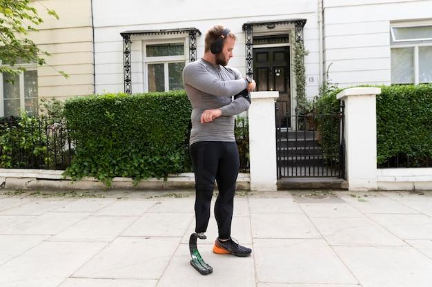 Pełny strzał niepełnosprawny mężczyzna z protezą