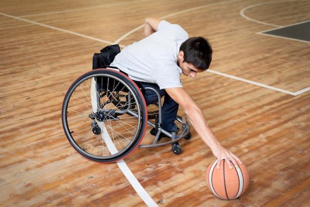 Pełny strzał niepełnosprawnych dotykając koszykówki