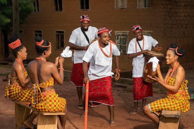 Pełny strzał nigeryjczyków świętujących