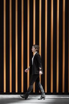 Pełny strzał nowoczesnej kobiety chodzącej