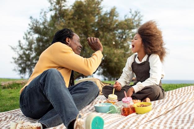 Pełny strzał ojciec i dziecko na pikniku