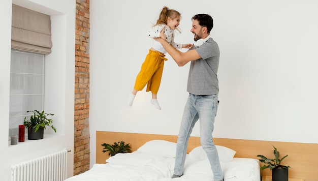Pełny strzał ojciec trzyma dziewczynę