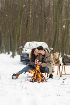 Pełny strzał para jest romantyczna