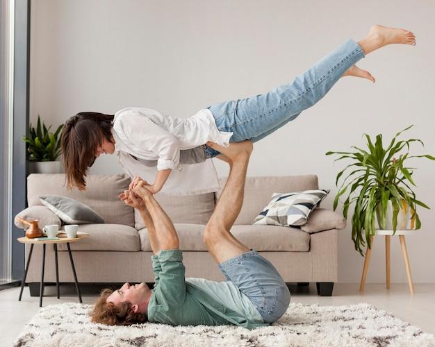 Pełny strzał para praktykujących jogę