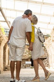 Pełny strzał para przytulanie na wakacjach