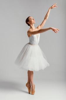 Pełny strzał piękna kobieta wykonuje balet