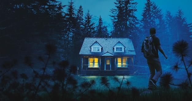 Pełny strzał podróżnika, który znajduje dom w lesie