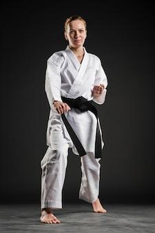 Pełny strzał profesjonalnej kobiety karate