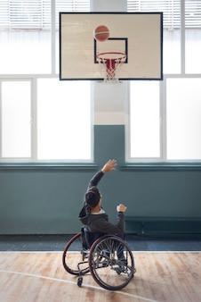 Pełny strzał rzucający piłkę niepełnosprawny mężczyzna
