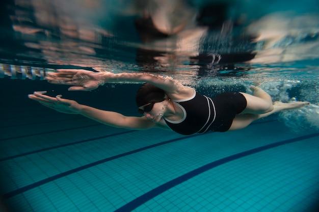 Pełny strzał sportowca z pływającymi goglami