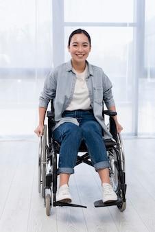 Pełny strzał szczęśliwa kobieta na wózku inwalidzkim