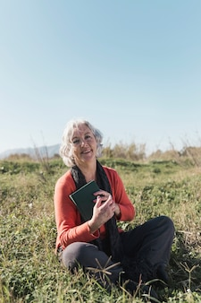 Pełny strzał szczęśliwa kobieta outdoors