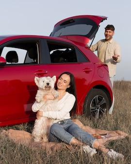 Pełny strzał szczęśliwa para z psem