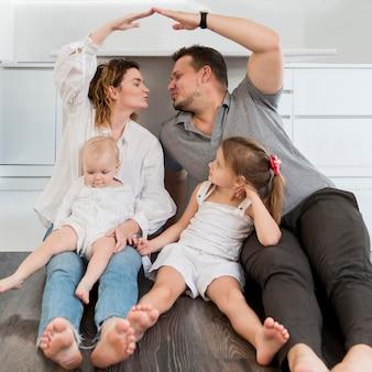Pełny strzał szczęśliwa rodzina na podłodze
