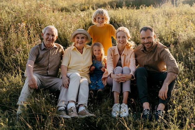 Pełny strzał szczęśliwa rodzina pozuje razem
