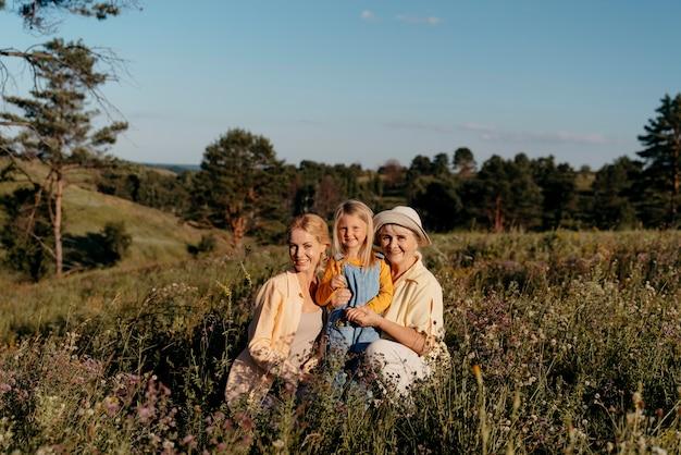 Pełny strzał szczęśliwej rodziny na trawie
