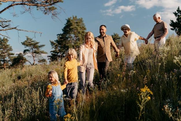 Pełny strzał szczęśliwej rodziny w przyrodzie
