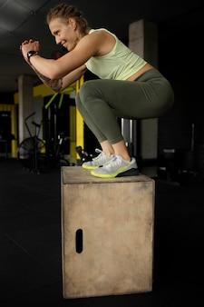 Pełny strzał treningu kobiety na siłowni